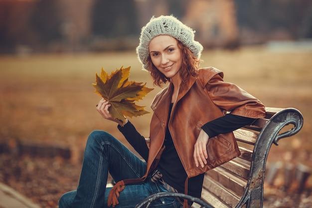 Meisje in herfst park. lifestyle concept