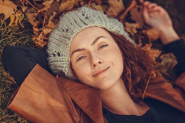 Meisje in herfst park