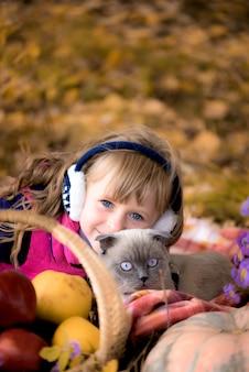 Meisje in het de herfstbos. met een kitten