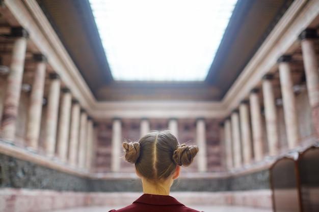 Meisje in het museum