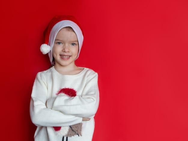 Meisje in het nieuwe jaar van de santahoed en kerstmisconcept