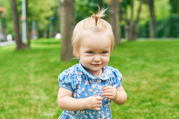 Meisje in het park van de zomer