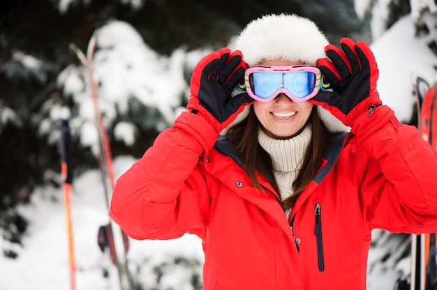 Meisje in het winterbos skiën