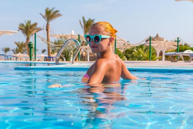 Meisje in het zwembad