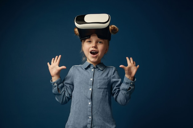 Meisje in jeans en overhemd met geïsoleerde de bril van de virtuele werkelijkheidshoofdtelefoon