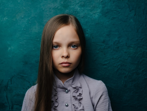 Meisje in jurk poseren droevige blik eenzaamheid depressie