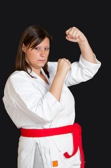 Meisje in kimono doet karate