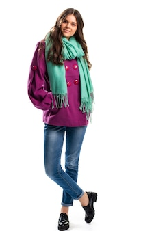 Meisje in korte paarse jas. zwarte schoenen en turquoise sjaal. kleurrijke bovenkleding voor de herfst. combinatie van aantrekkelijke kleuren.