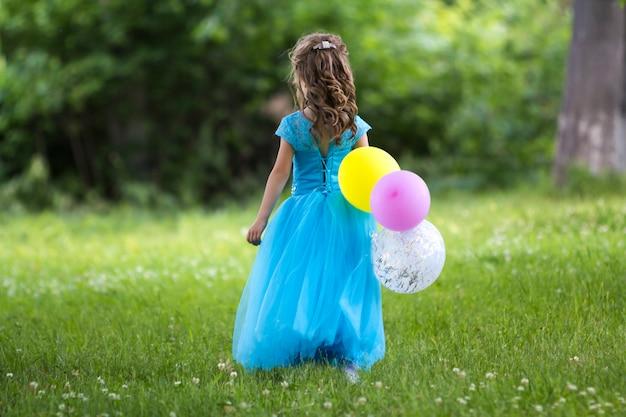 Meisje in lange blauwe jurk.