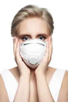 Meisje in medisch masker ffp2. wit gelaatsmasker met ademhalingsautomaat.