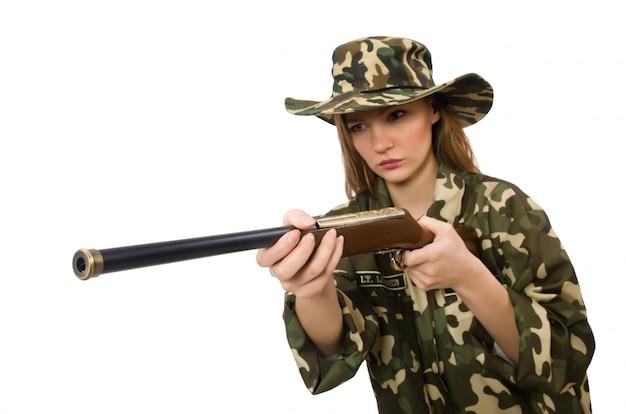 Meisje in militair eenvormig die het kanon houden die op wit wordt geïsoleerd