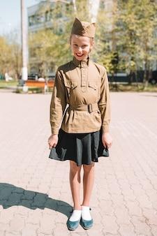 Meisje in militair uniform op vakantiedag van overwinning