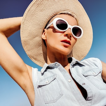 Meisje in modeaccessoires. hoed en zonnebril. strand zomer reisstemming
