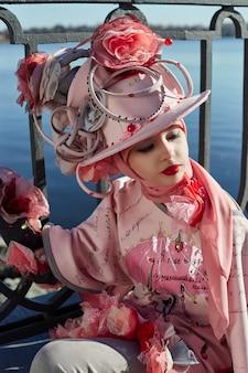 Meisje in nieuwe mode vogue creatieve etnische kleren