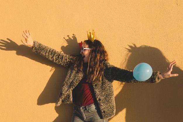 Meisje in papieren kroon met plezier