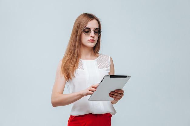 Meisje in rode broek met behulp van haar tablet