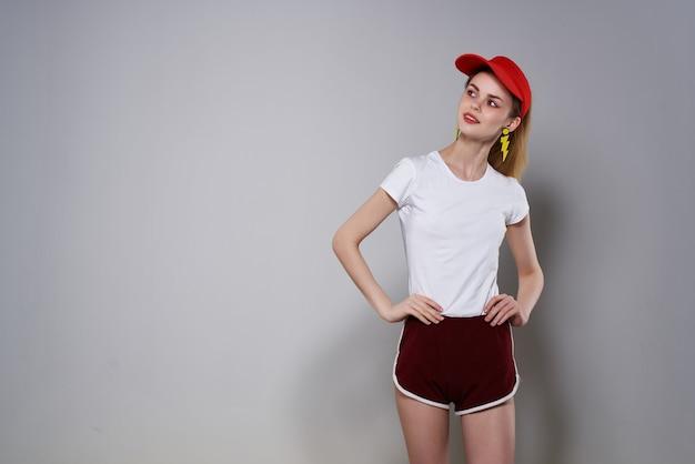 Meisje in rode dop gele blokkerende oorbellen mode zomer