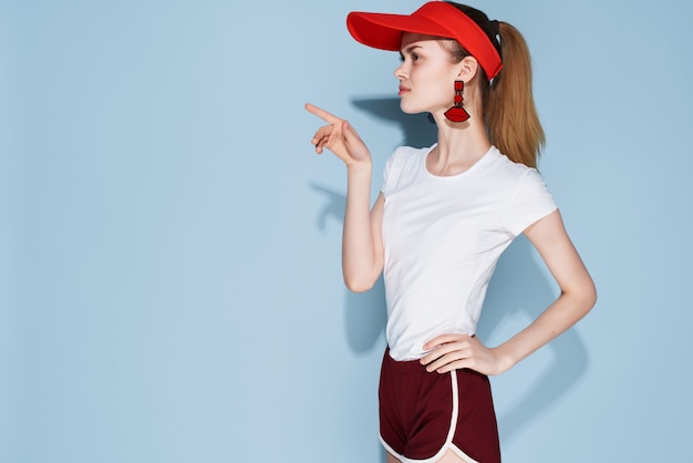 Meisje in rode pet zomer kleding mode decoratie poseren
