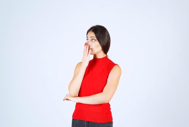 Meisje in rood shirt denken en haar geest verfrist.