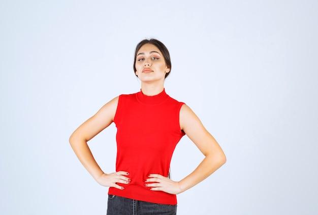 Meisje in rood shirt met neutrale, positieve en aantrekkelijke poses.