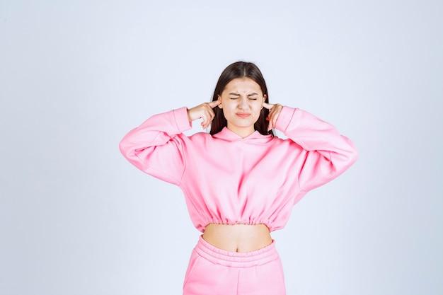 Meisje in roze pyjama heeft moeite met luide stem