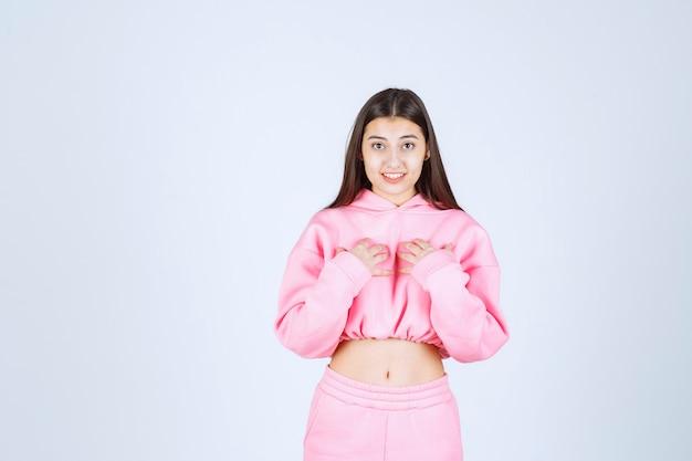 Meisje in roze pyjama is een winnaar en toont haar vuisten