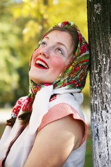 Meisje in russische traditionele kleding