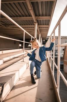 Meisje in spijkerkleding die hiphop danst in de parkeergarage