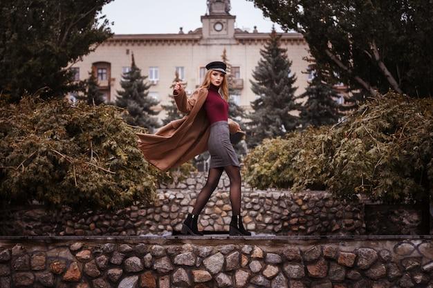 Meisje in stijlvolle herfstkleren in het park