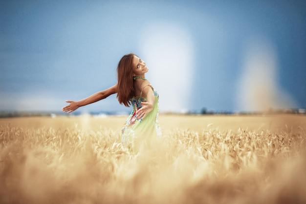 Meisje in tarwe weide