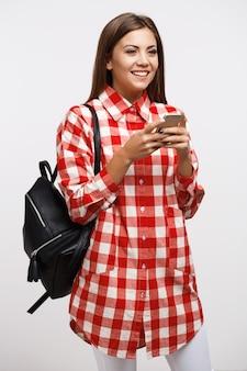 Meisje in toevallige sms-vrienden die weg glimlachend gelukkig kijken