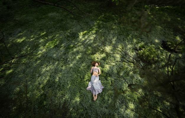 Meisje in tuin van bovenaf gefotografeerd