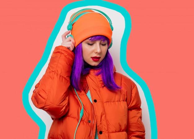 Meisje in vest met koptelefoon op getekende leven koraal kleur achtergrond
