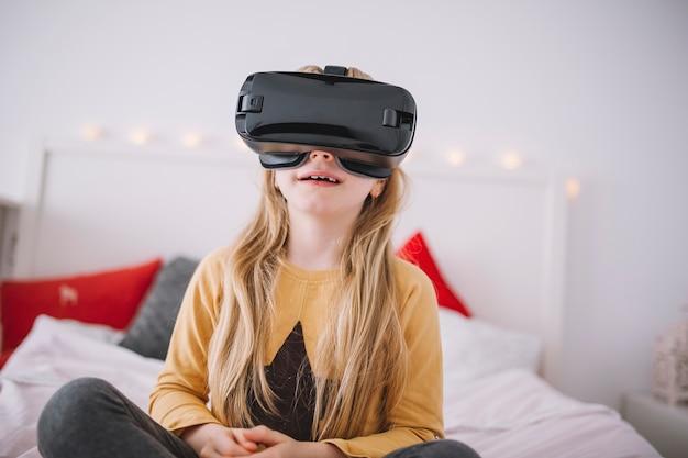 Meisje in vr-beschermende brillen op bed