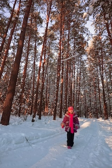 Meisje in winter forest