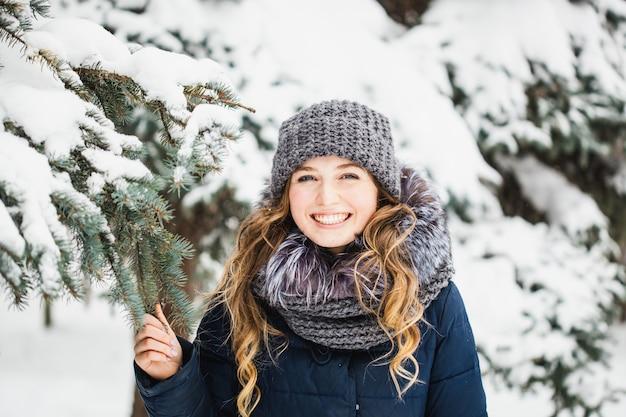 Meisje in winter park bedekt met sneeuw