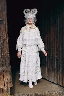 Meisje in witte etnische russische kleding