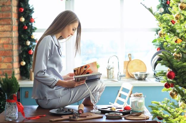 Meisje in zilveren pyjama