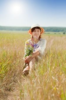 Meisje in zomer veld