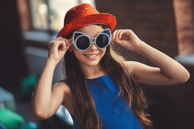 Meisje in zonnebril. mooi meisje dat in oogglazen gelukkig kijkt