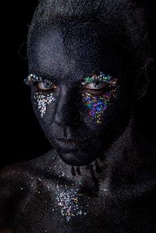 Meisje in zwarte make-up met fonkelingen