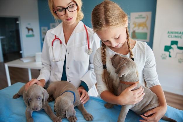 Meisje is een echte hondenliefhebber