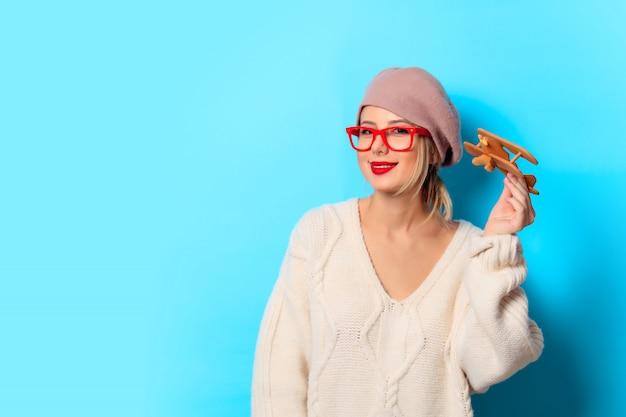 Meisje iwith houten speelgoedvliegtuig