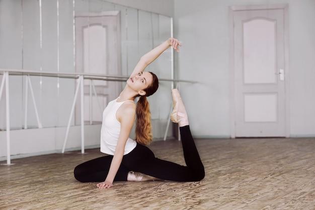 Meisje jonge mooie danseres tiener ballerina in studio treinen en repetities voor de voorstelling