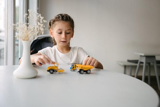 Meisje jongen spelen met auto's in een coffeeshop