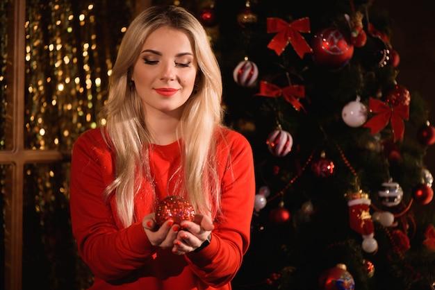 Meisje kerstboom versieren. kerstmis. nieuwjaar.