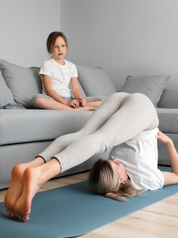 Meisje kijken naar moeder uitoefenen