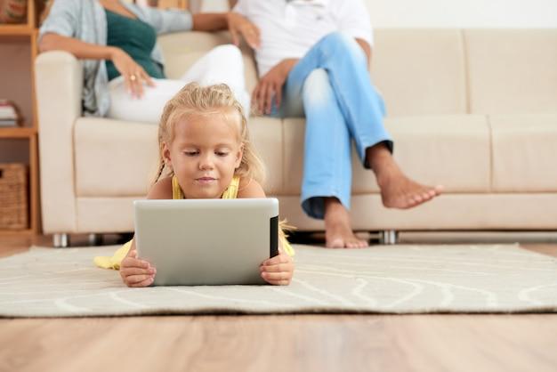Meisje kijken naar tekenfilms