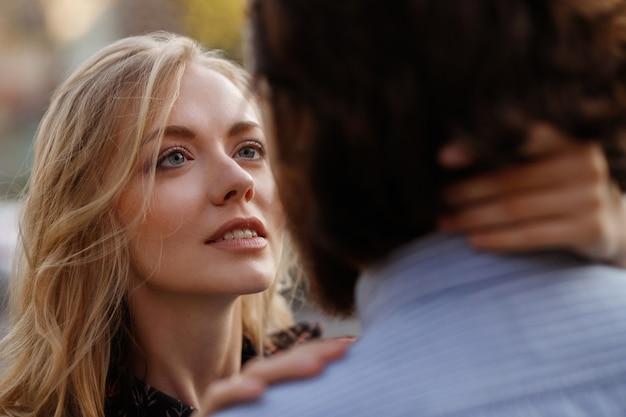 Meisje kijkt naar een verliefde man. een paar. close-up portret. onscherpe achtergrond