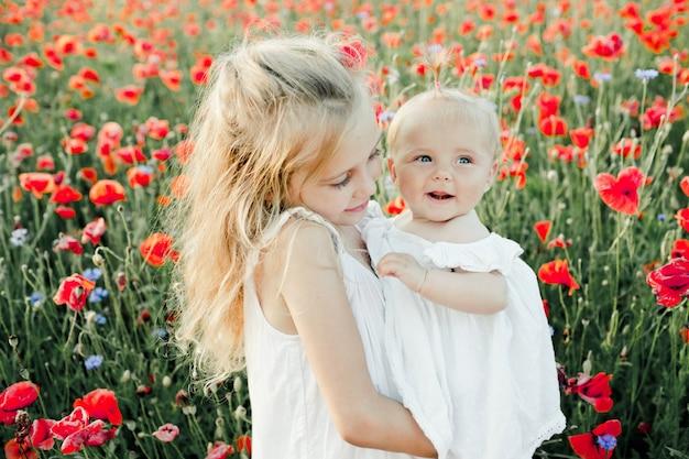 Meisje kijkt naar haar kleine zusje
